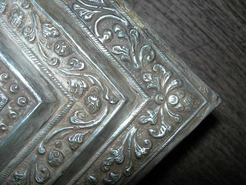sirihbox-silver-gold-scroll-laves-corner-ornament.jpg