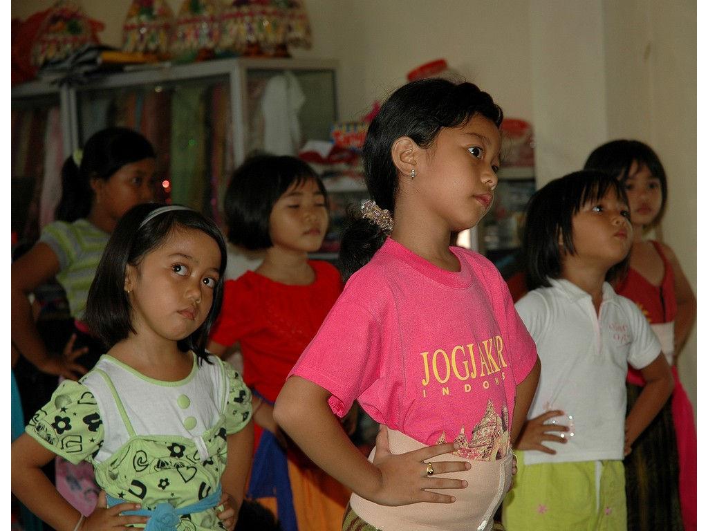 12-girls-dance-nyeledet.jpg