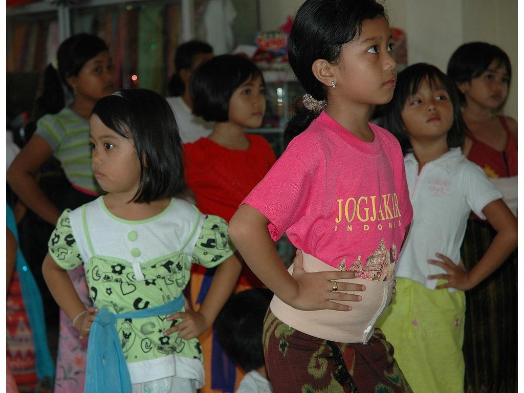 13-girls-dance-nyeledet.jpg