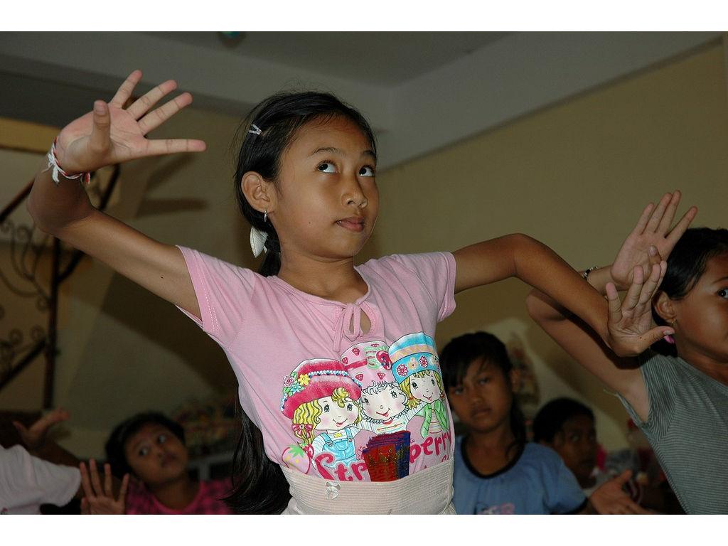 50-girls-dance-nyeledet.jpg
