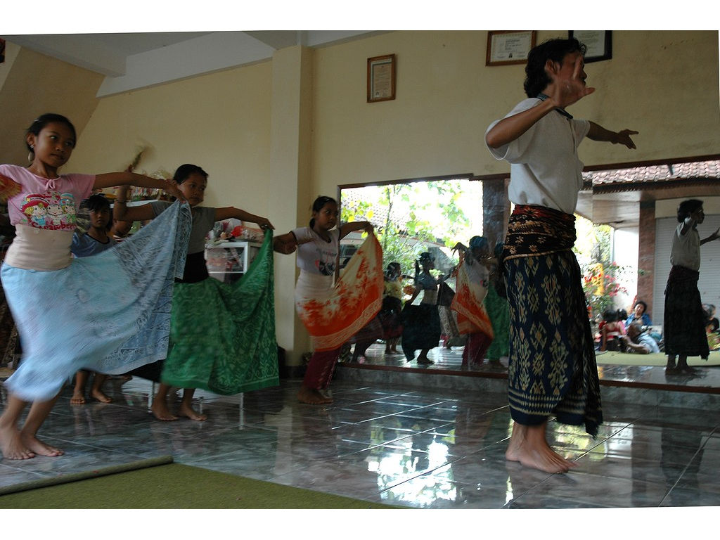 58-girls-dance-ketut-mirrors.jpg