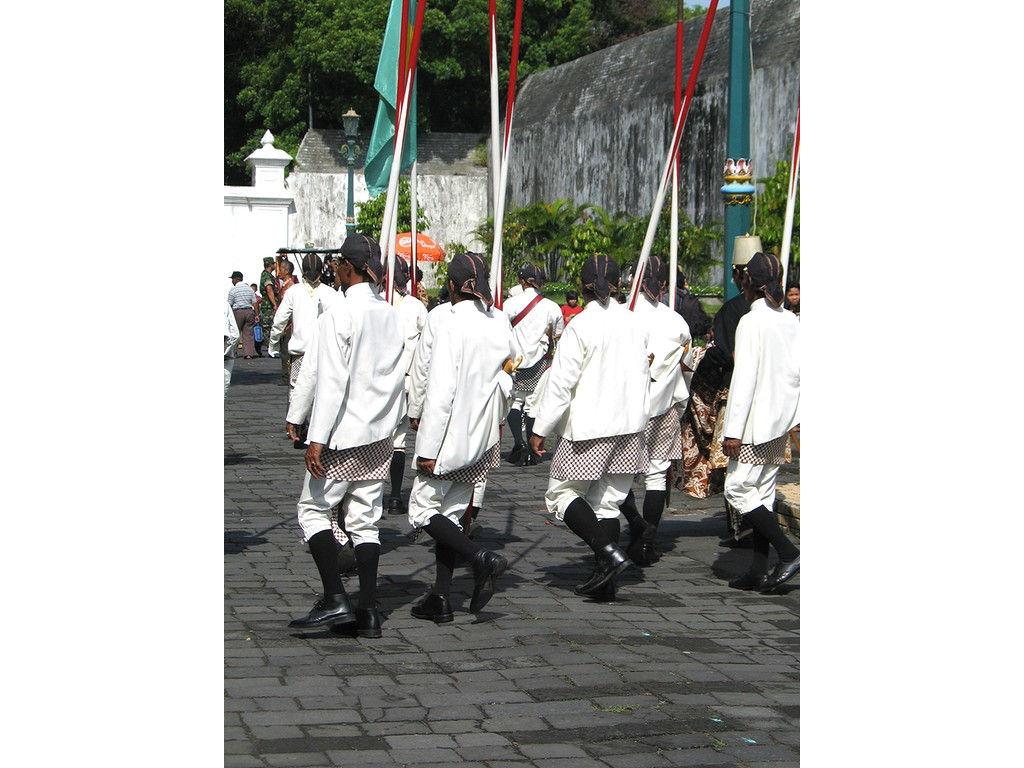 062-Dahang-lances-white-kainpoleng-textile.jpg