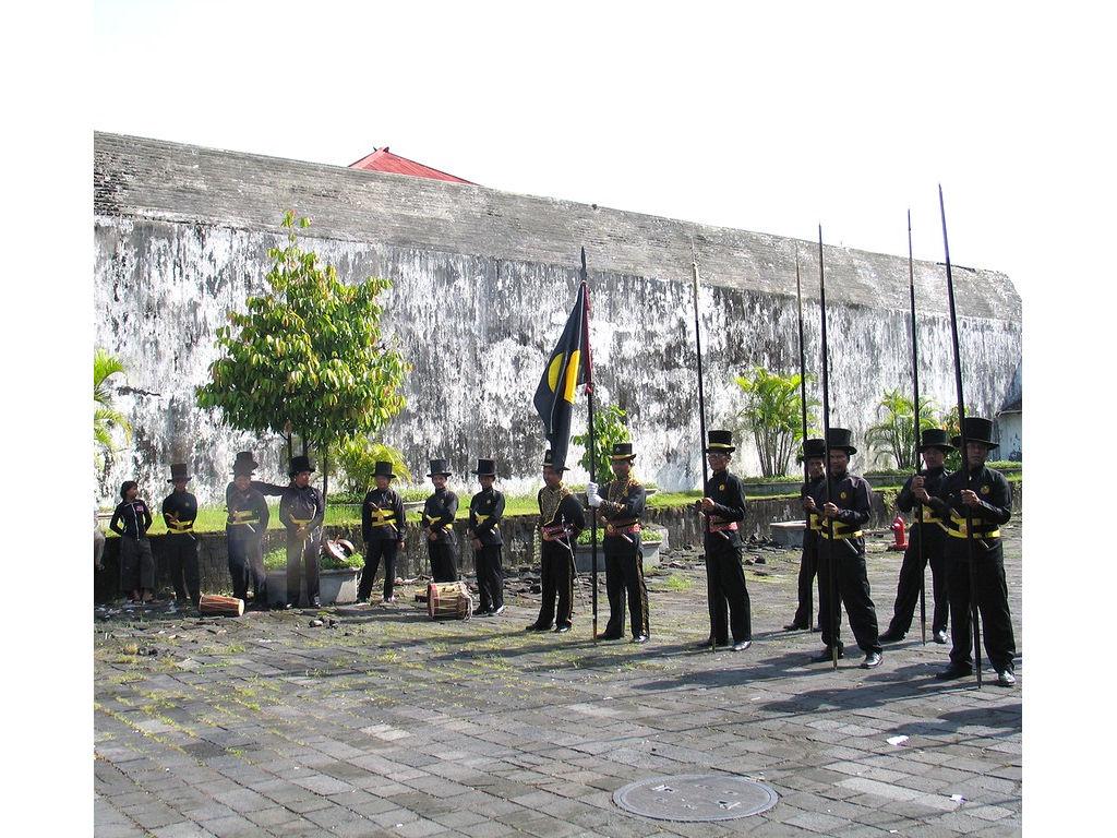 066-Bugis-flag-waiting.jpg