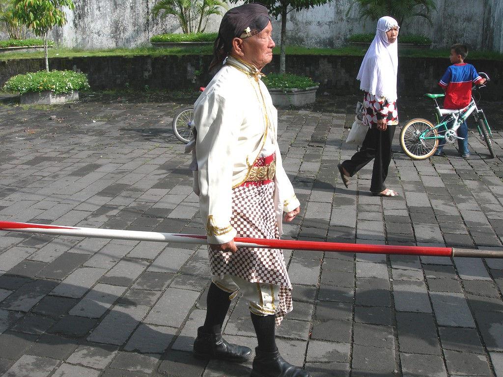 028-Dahang-white-lance.jpg