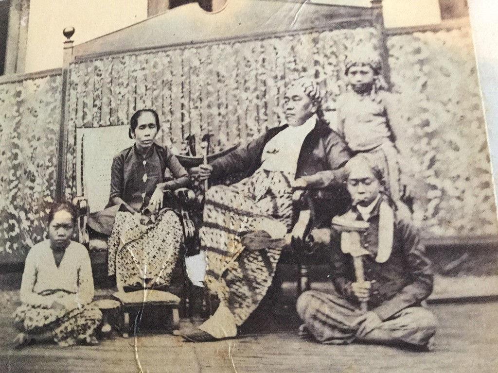 vrouw-met-baju-en-krossie-Java.jpg
